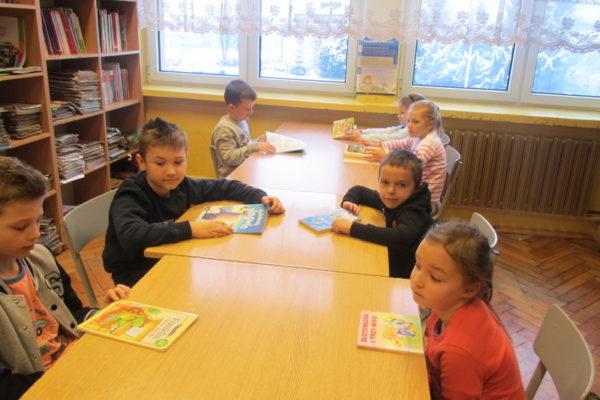 Pasowanie uczniów klas pierwszych naczytelników biblioteki szkolnej.